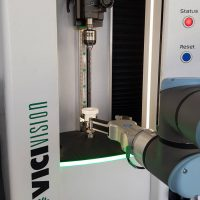 macchina ottica con automazione robot